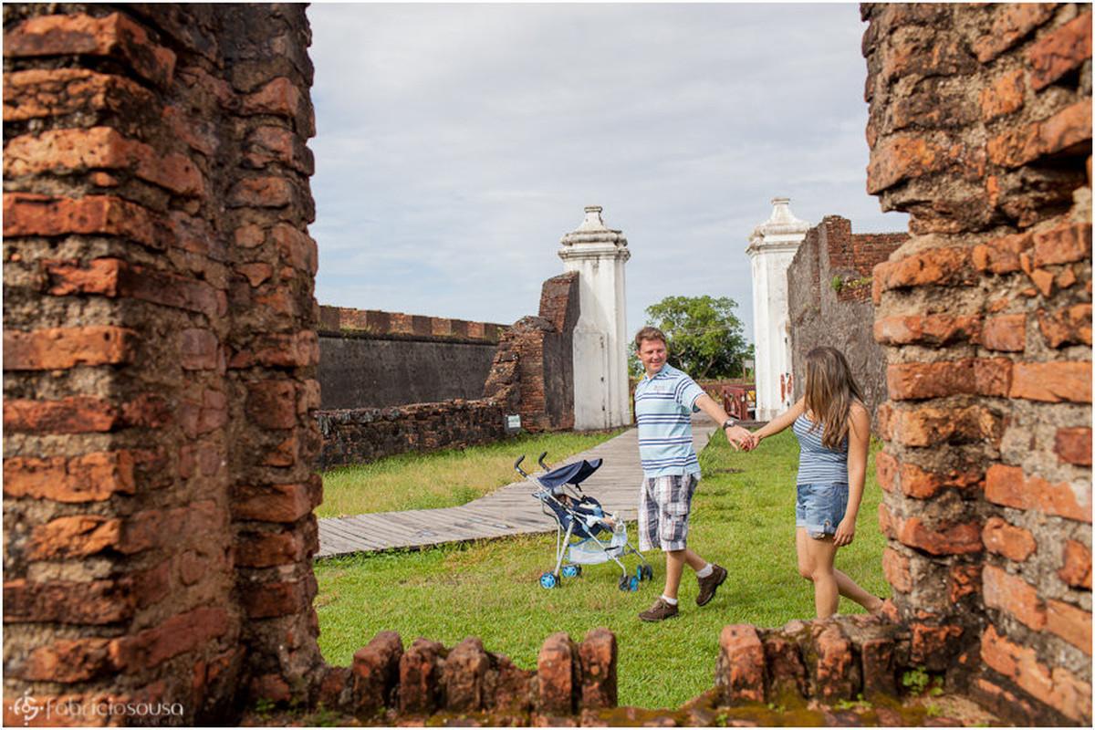 Família caminha unida e muros de tijolos