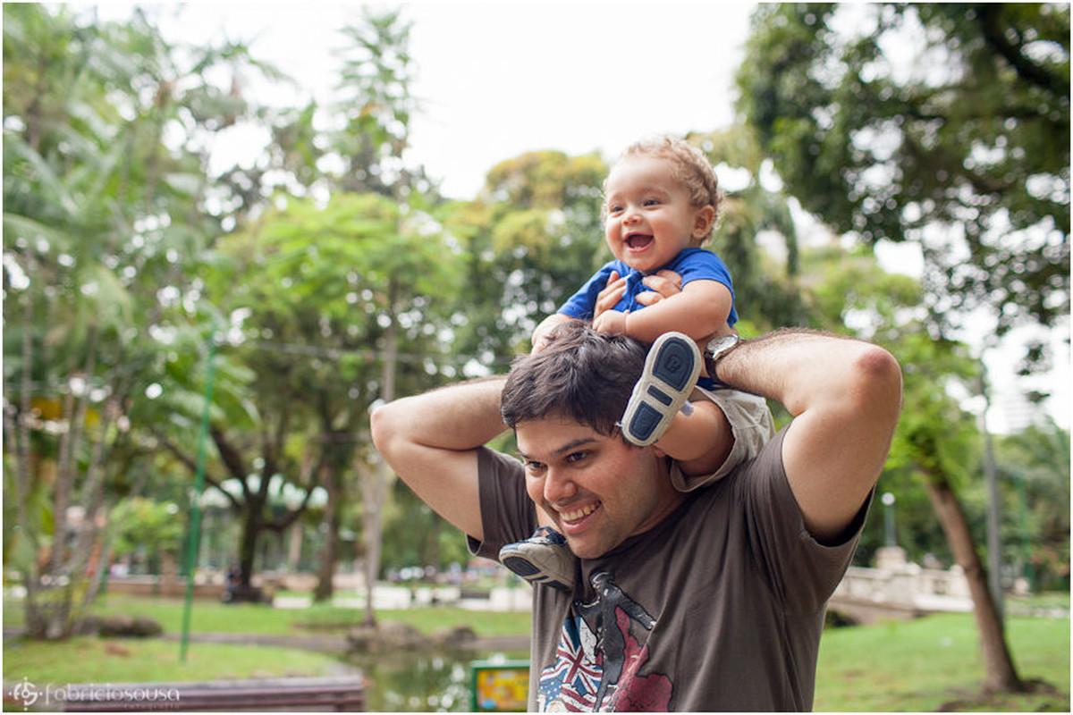 Paizão brinca com o filhote na garupa dos ombros