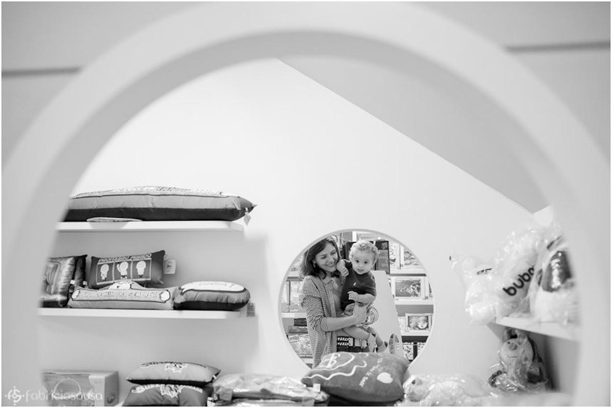 retrato da mãe com o filho no colo no reflexo do espelho do quarto bw