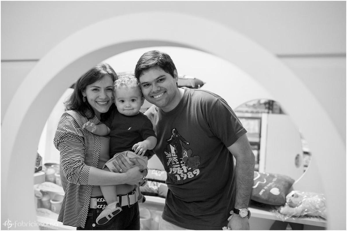 Retrato da família no quarto preto e branco