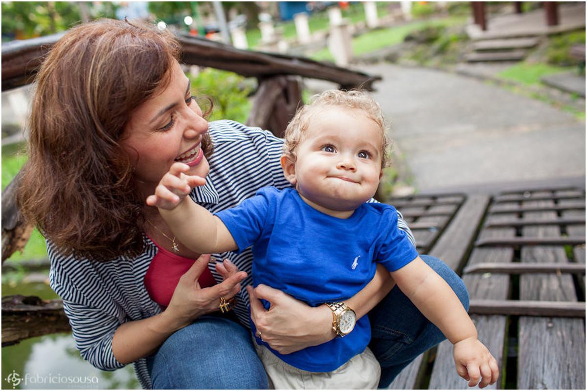Mamãe segurando e sorrindo com pequeno Vini