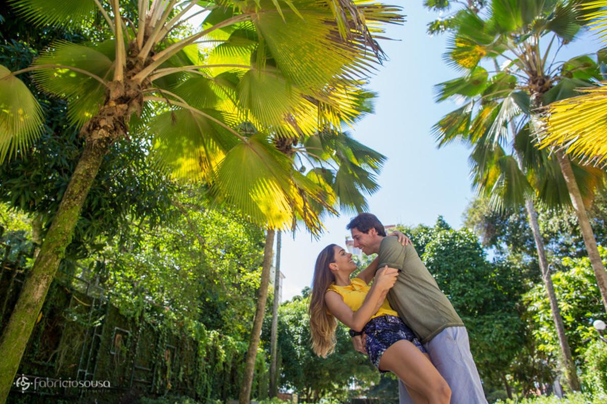 quase beijo do casal no parque da residência em Belém - noiva sarada