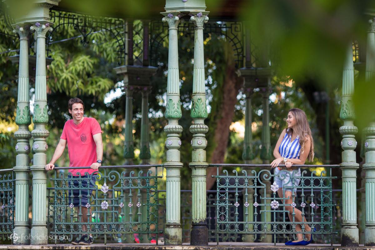 casal se olha no coreto da praça batista campos