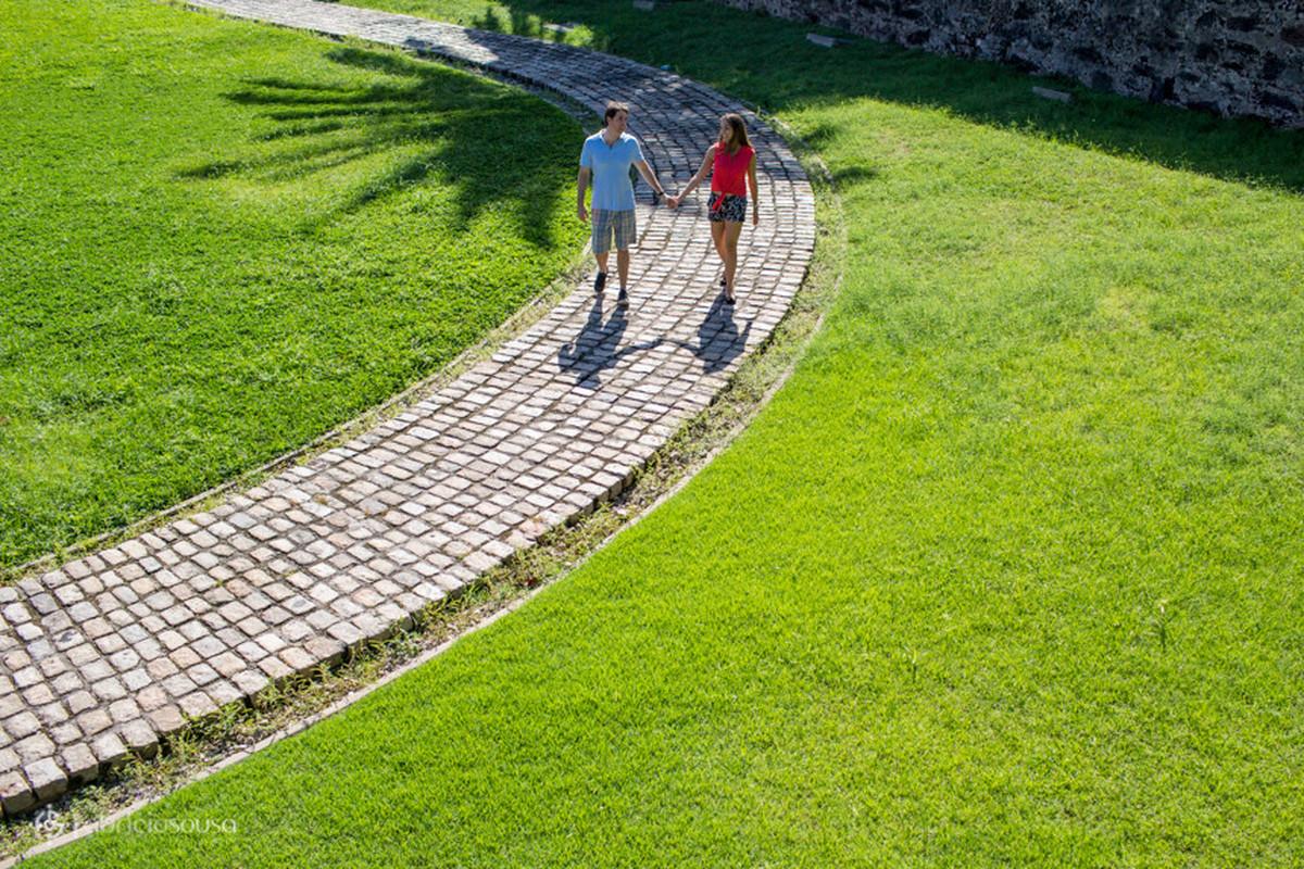 casal caminha no forte do presépio cidade velha em Belém