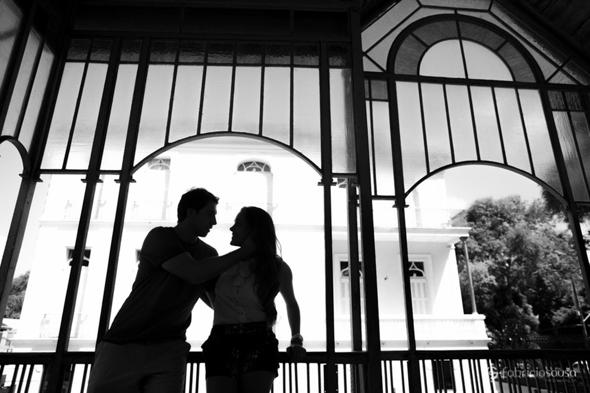 contraluz do casal no parque da residência