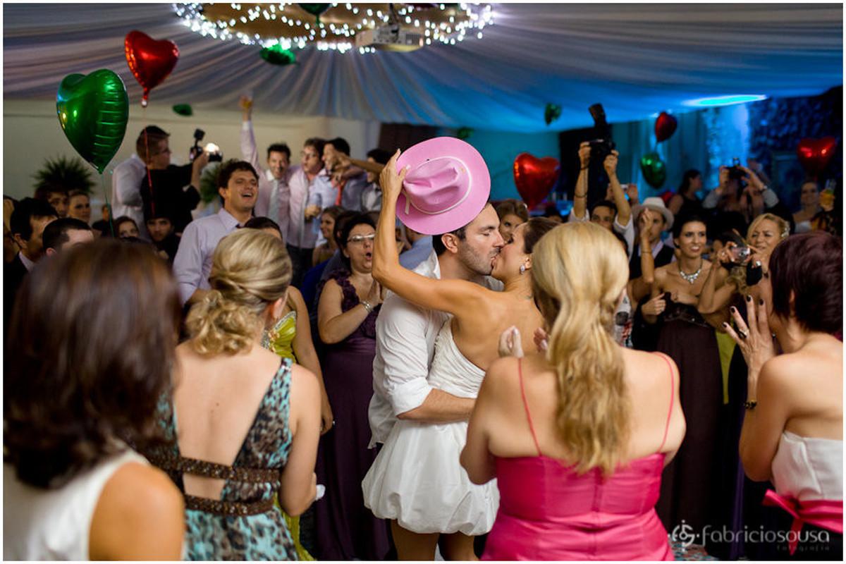 beijo com chapéu de cowboy rosa