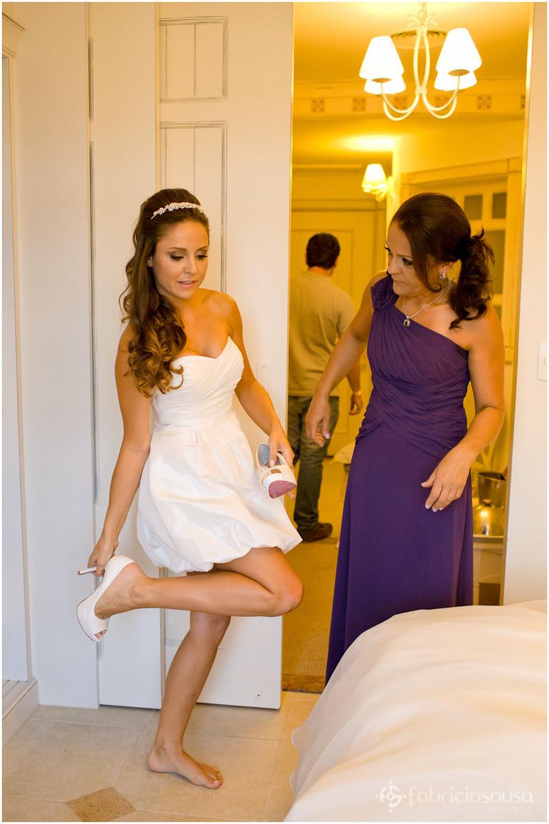 noiva Fernanda calçando o sapato