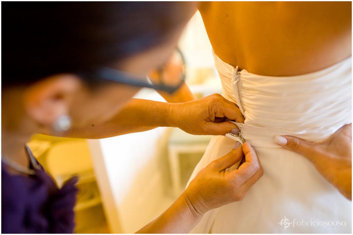 fechando o vestido da noiva