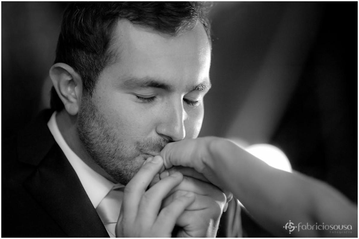 beijo na mão e na aliança da noiva