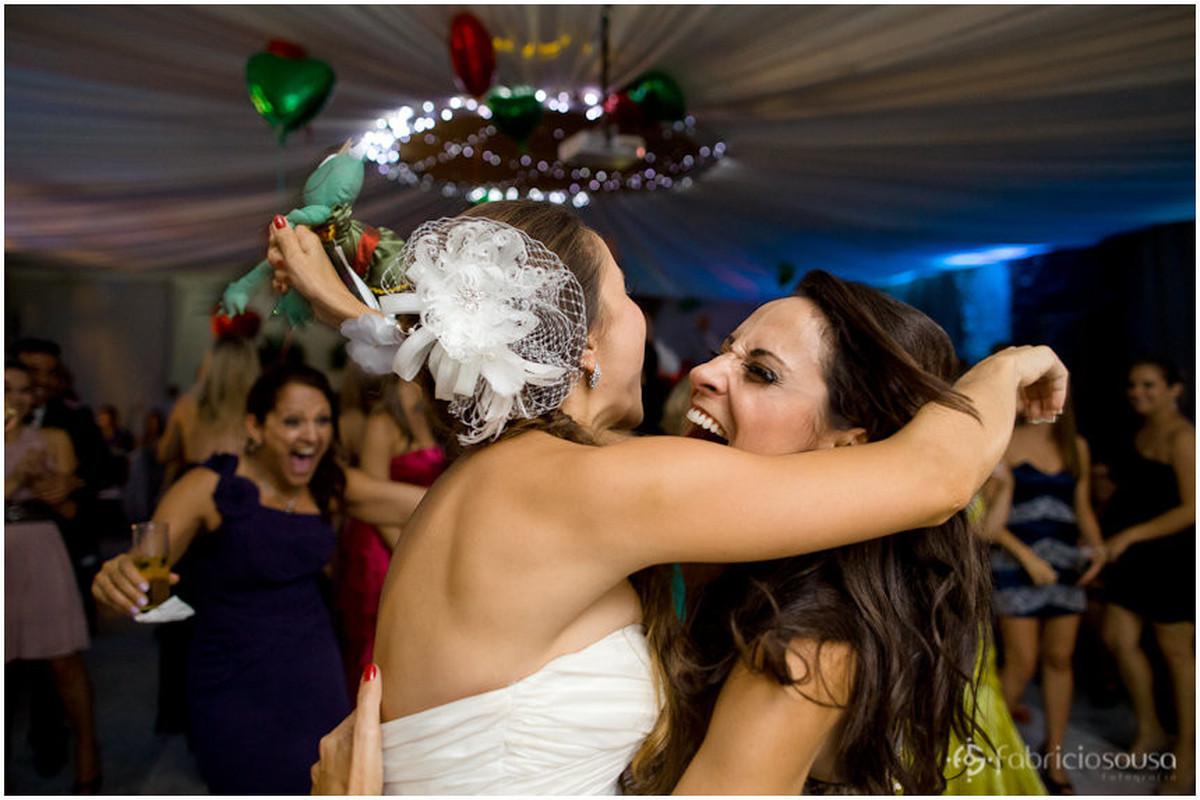 noiva e irmã se abraçam e comemoram