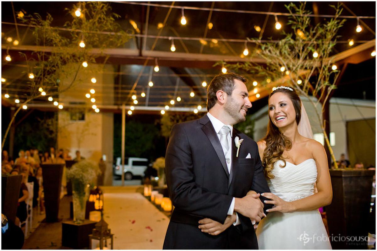 troca de olhares entre os noivos
