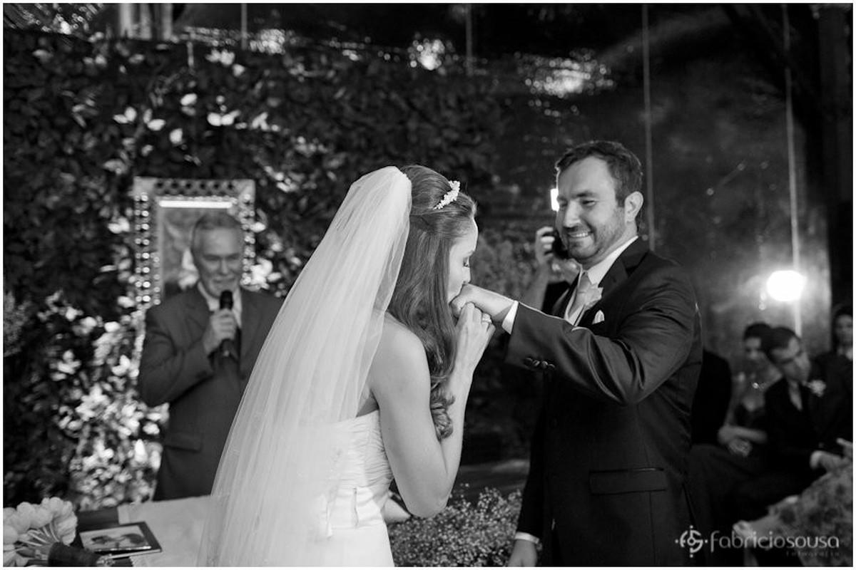 noiva beija mão do noivo