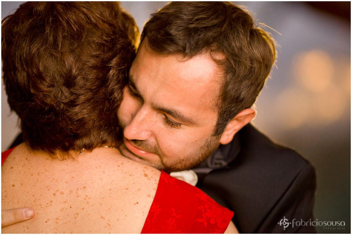abraço do noivo com a mãe