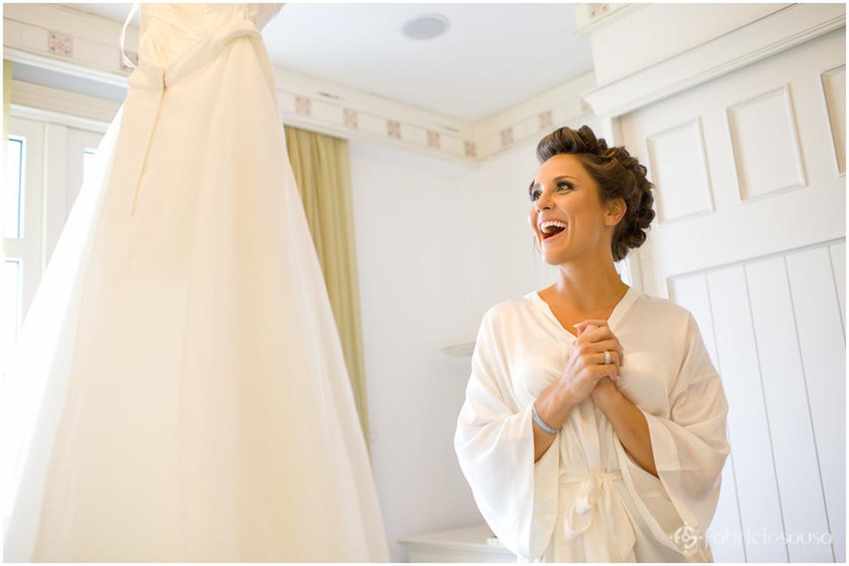 a noiva radiante ao ver o vestido pendurado