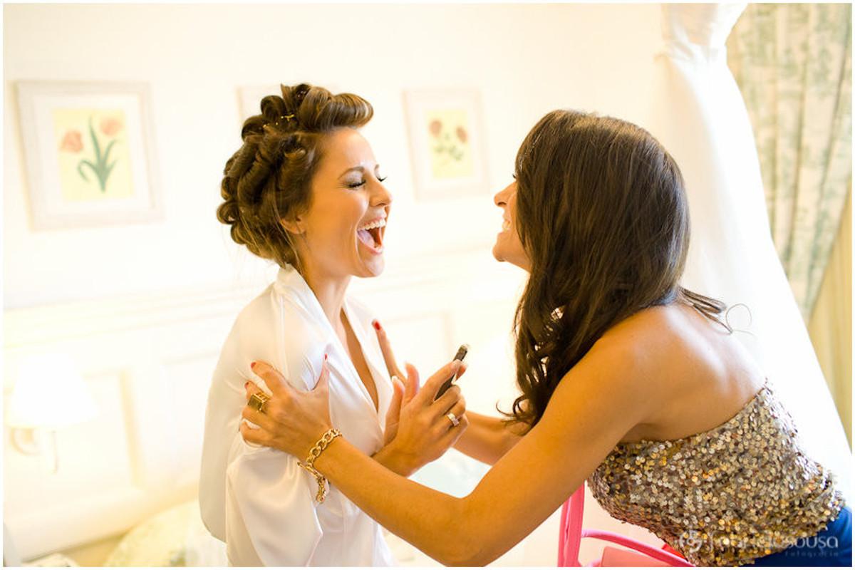 a noiva vibrando com a irmã no making of