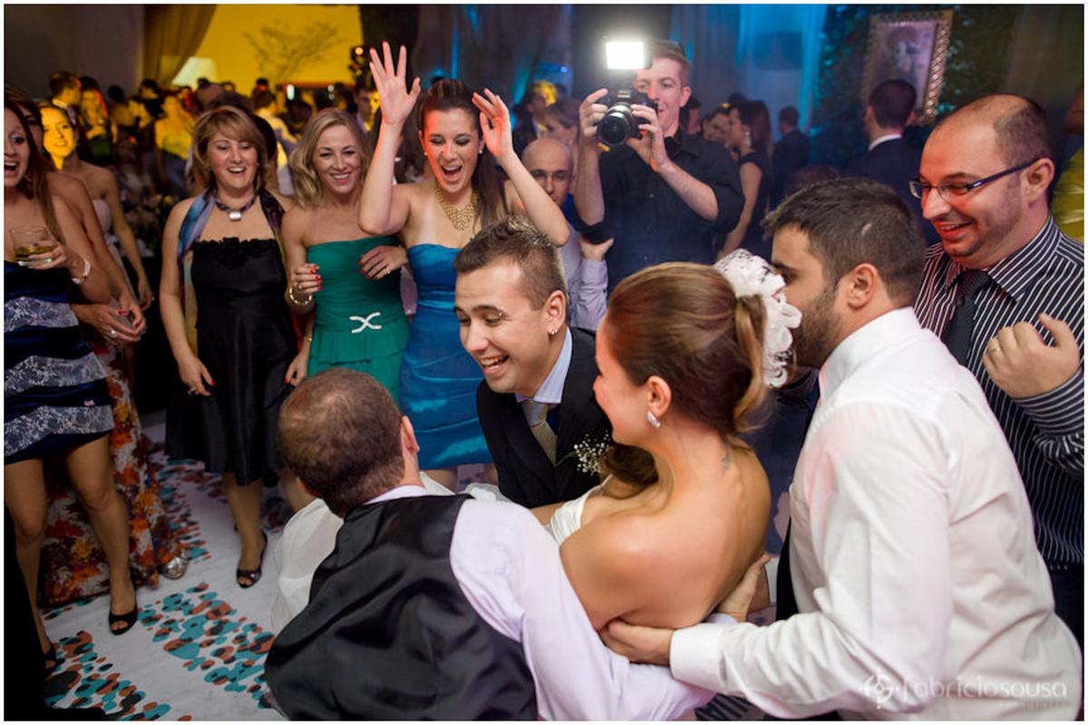 padrinhos carregam a noiva
