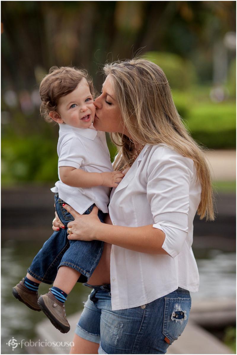 Mãe ergue e beija o filho