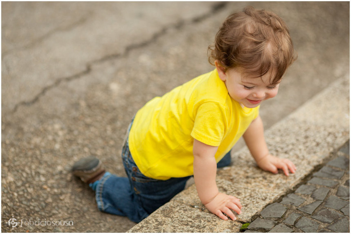 Pequeno menino engatinha em escadaria