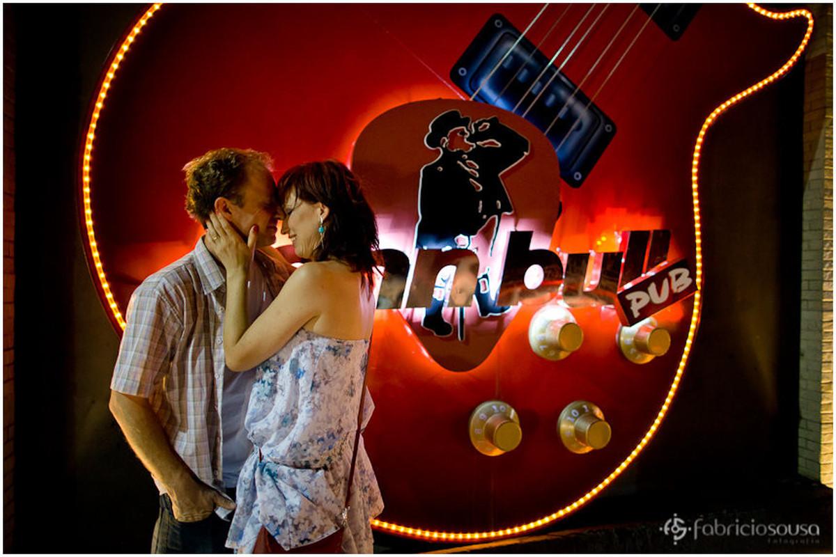 beijo na porta da balada John Bull