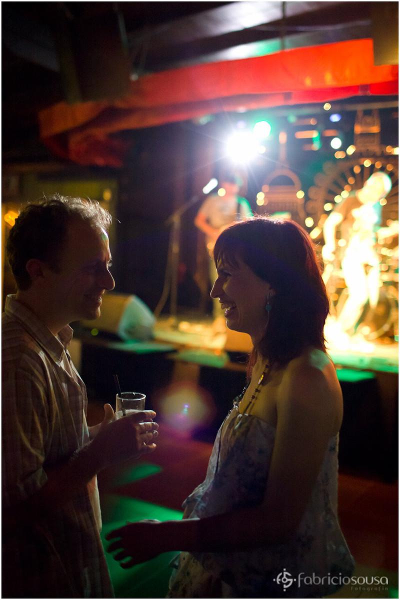 casal tomando uns bons drinks na balada