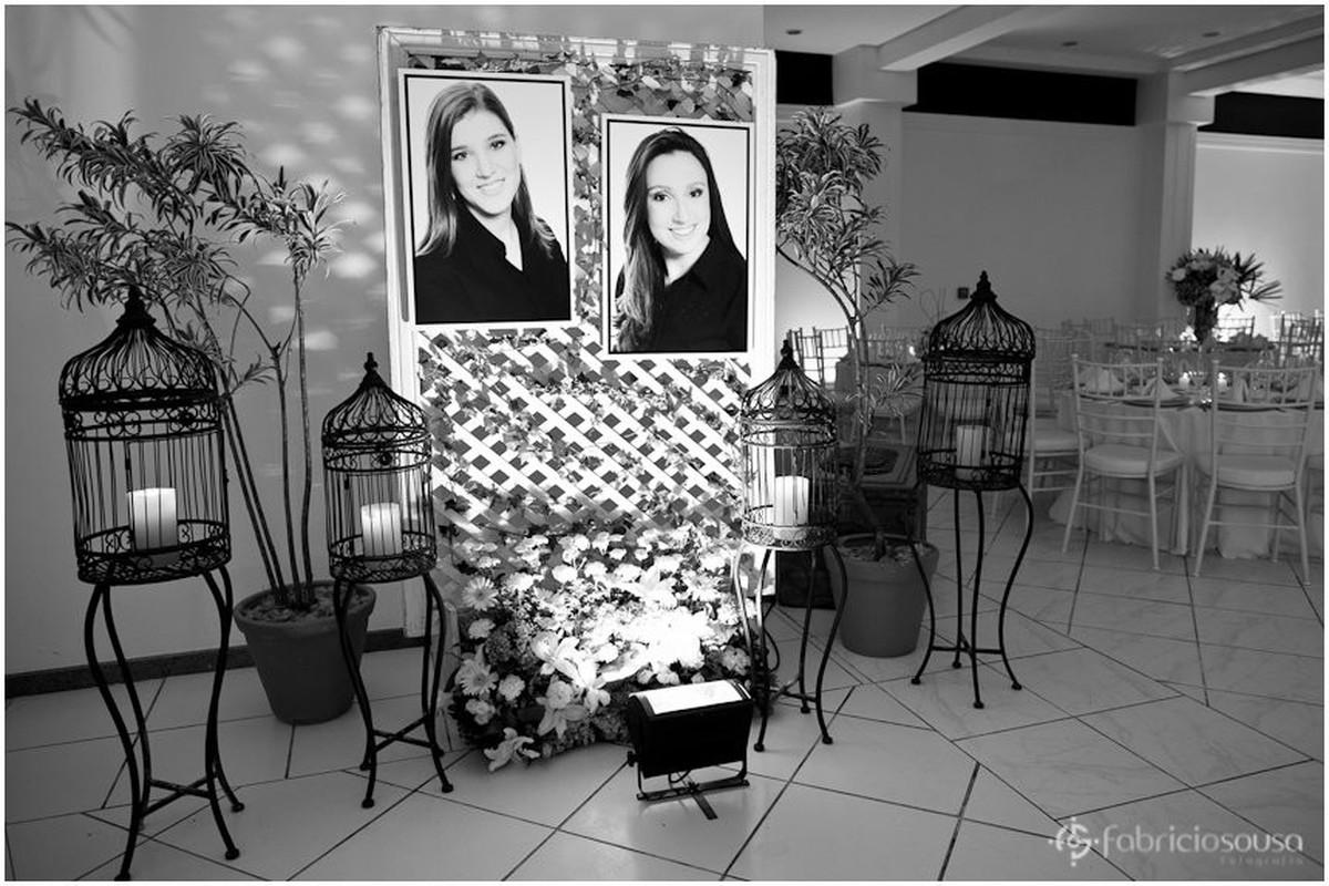 Decoração da entrada e painel com foto da Maria Fernanda e da Patricia