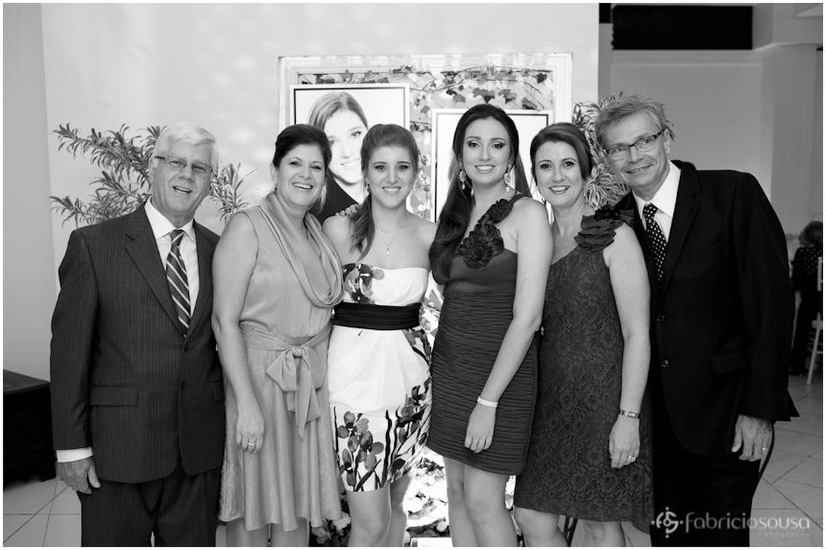 Jantar de Formatura Maria Fernanda e Patricia em retrato com familiares