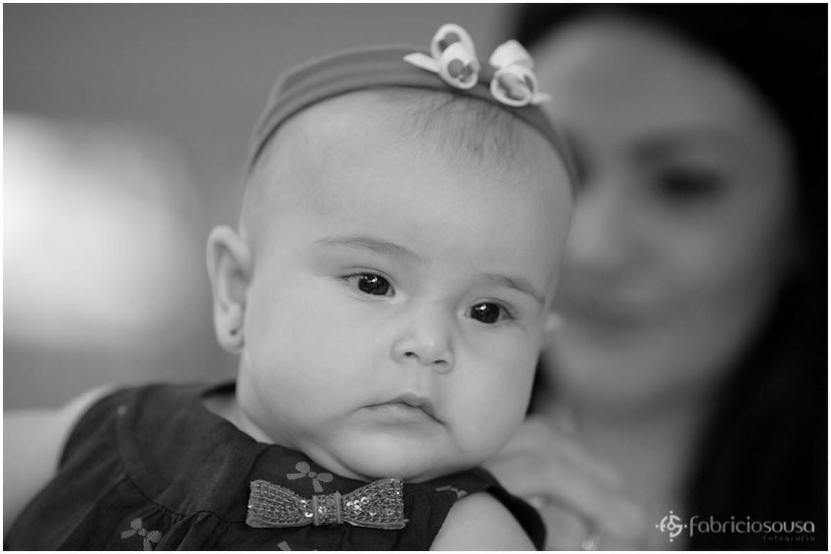 Close na bebê preto e branco