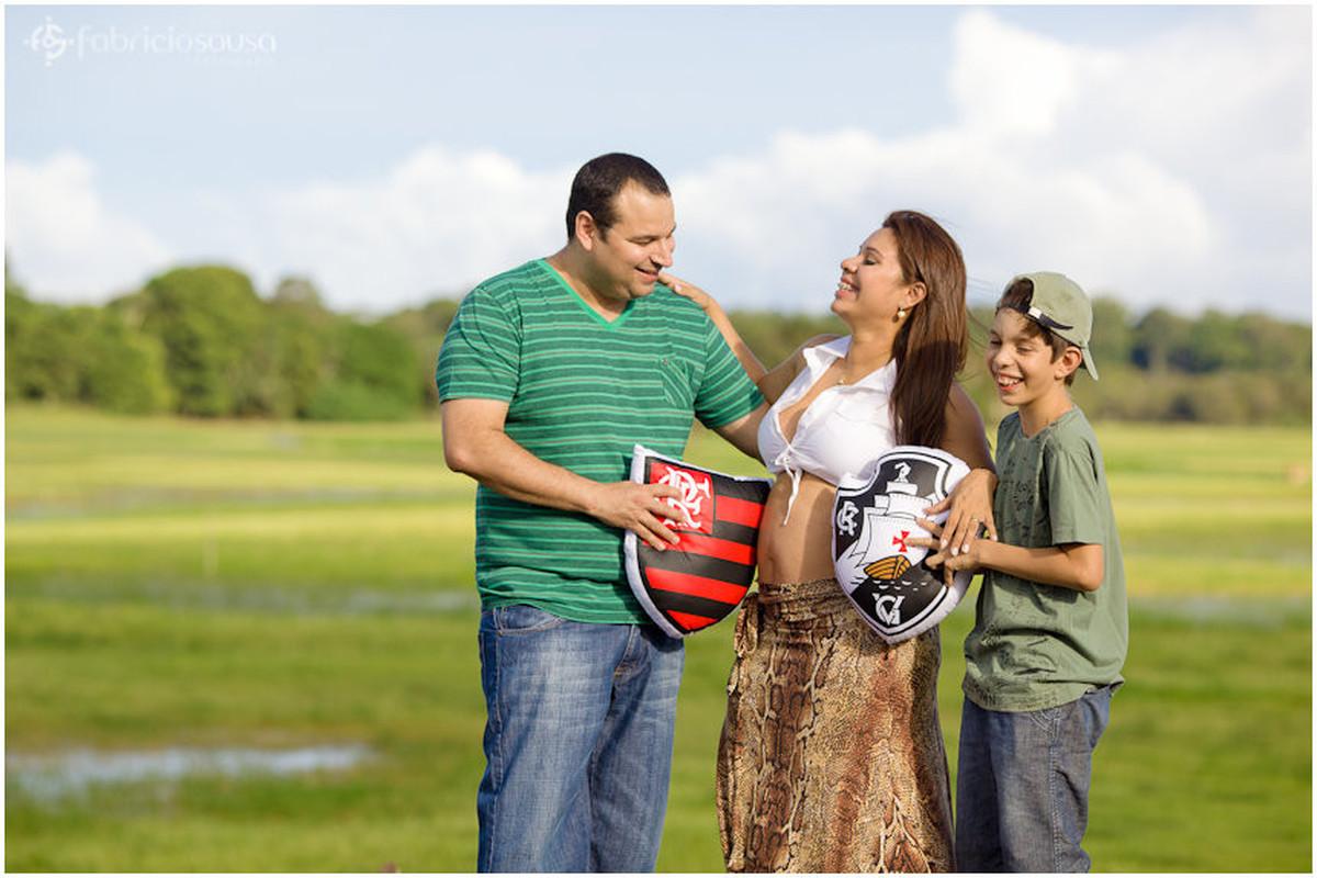 Papai e filho já tentam escolher um time de futebol para o futuro bebê