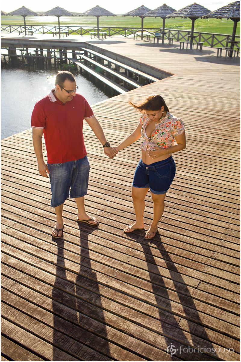 Marido e mulher grávida no por do sol