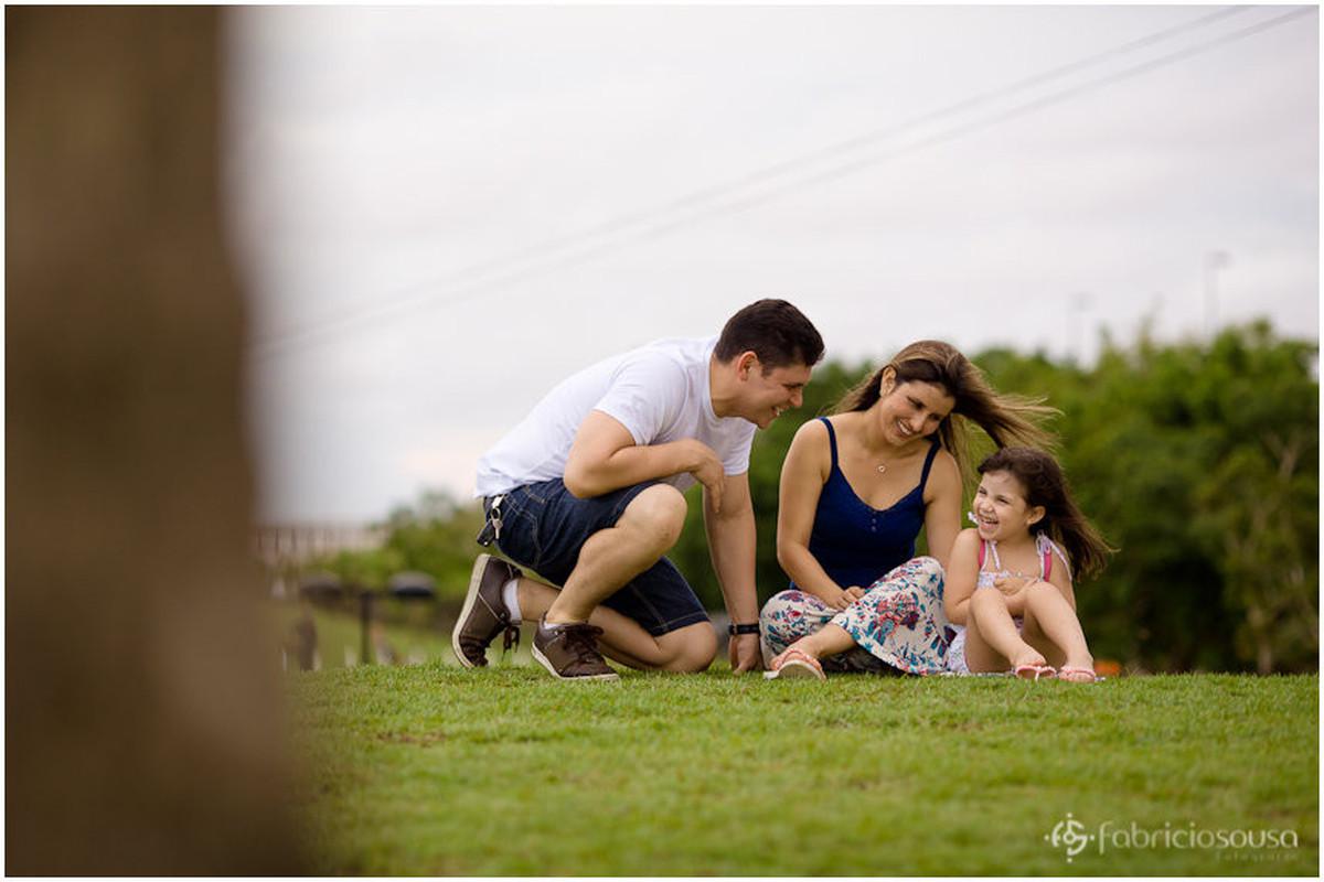 Família feliz no gramado verde