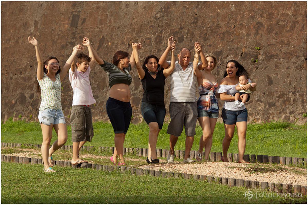 Membros da família caminham de mãos dadas para o alto