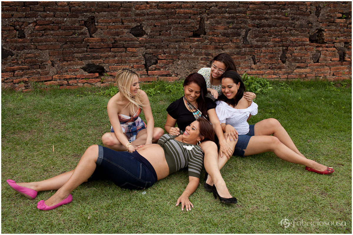 Mulheres da família Almeida sentadas no gramado