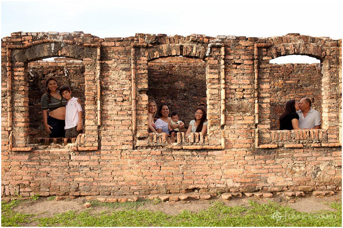 Família descontraída em sessão fotográfica familiar
