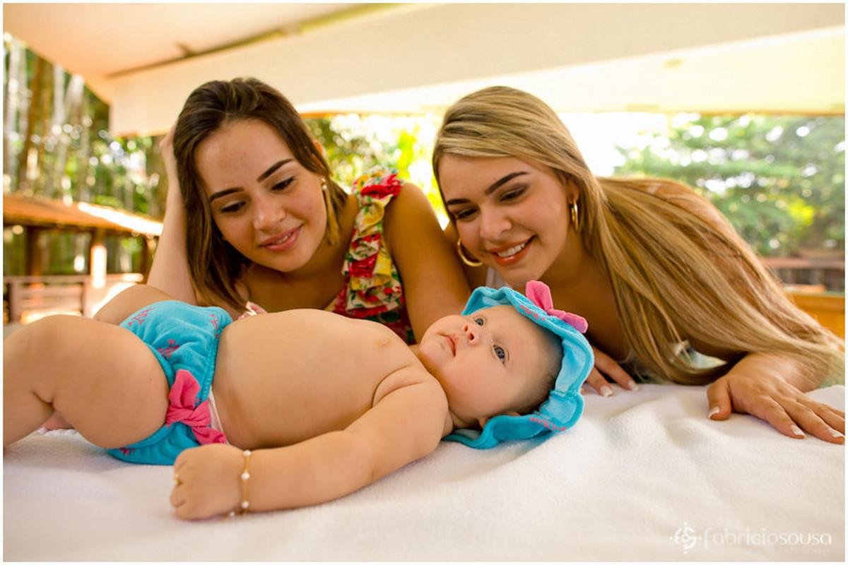 Mamãe e titia babando em cima da baby