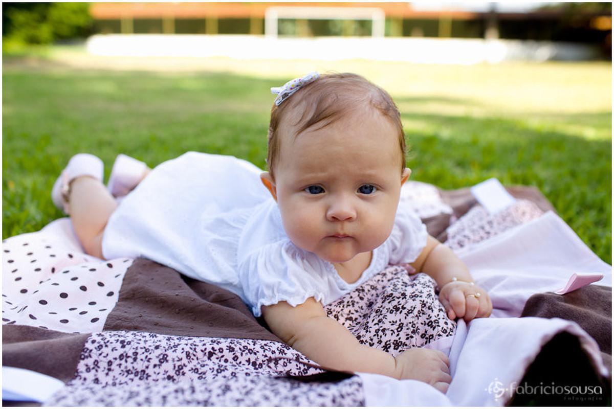 Mariah Lunick de bruços no gramado verde