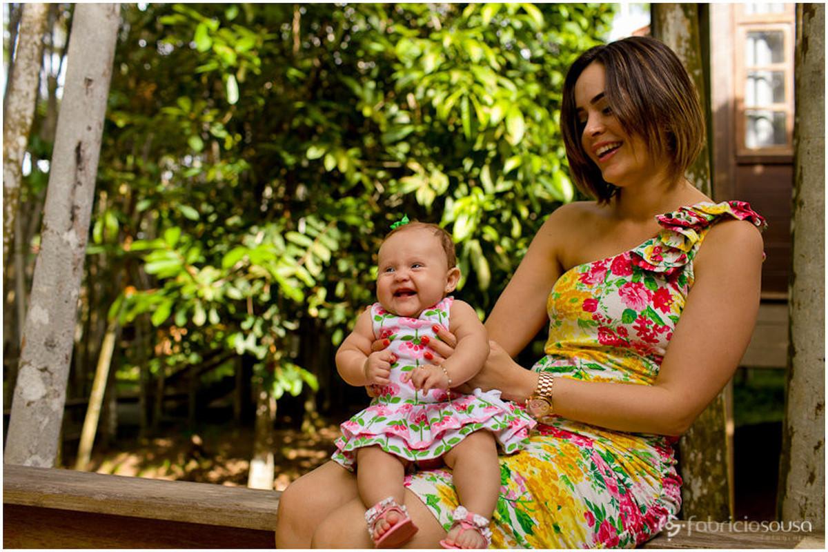 Mamãe sentada com a neném no colo