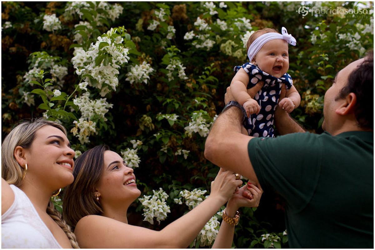 Paizão ergue a filha acompanhado da mãe e da tia