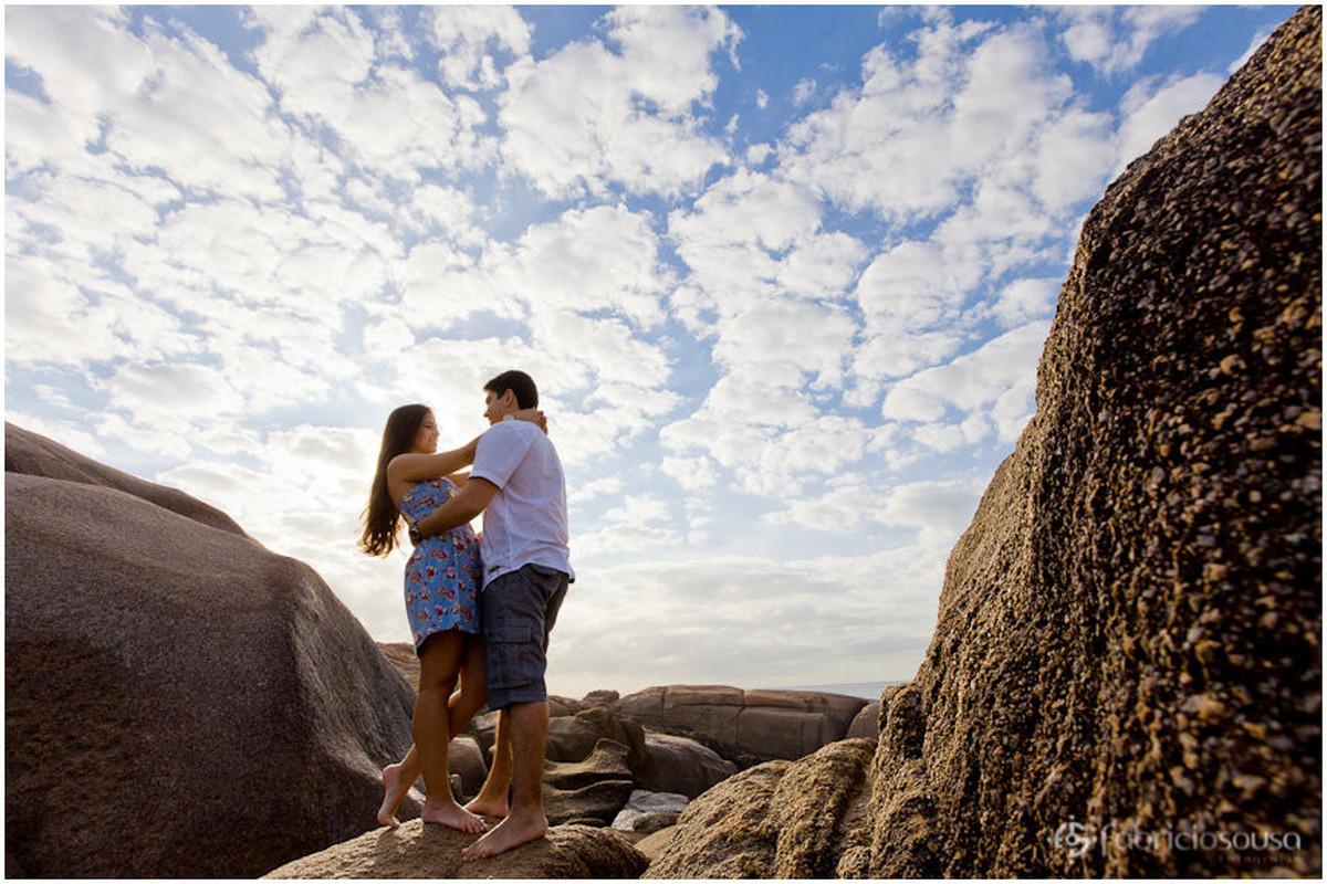 namorando nas pedras da praia