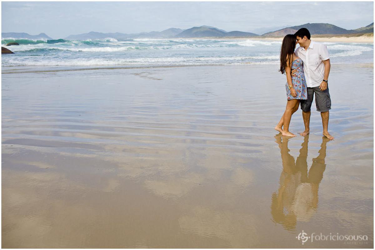 reflexo do casal na areia molhada da praia da Joaquina logo de manhã cedo
