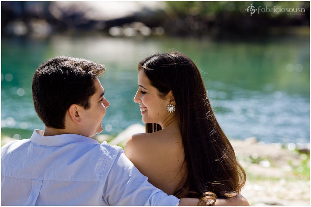 troca de olhares no ensaio pre-casamento no canal da Barra da Lagoa