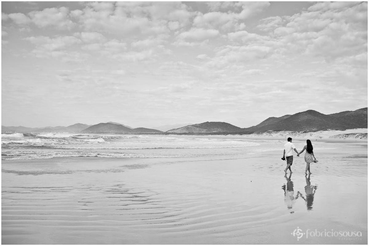 caminhando na imensidão da praia da Joaquina