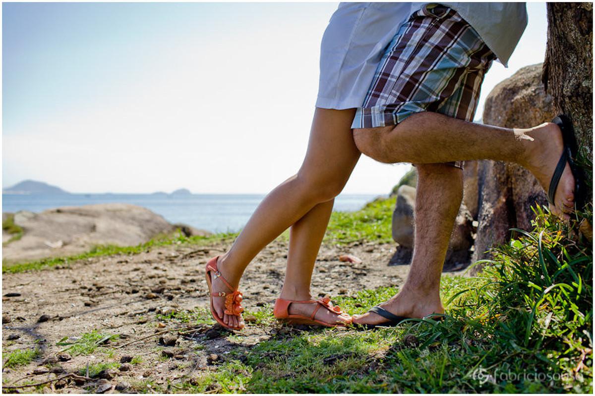 detalhe dos pés dos noivos na praia