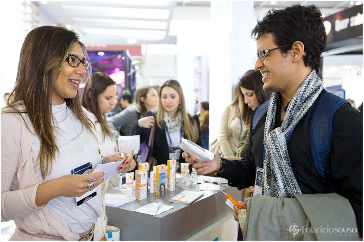 Participante do congresso tirando dúvidas sobre produto L'oréal