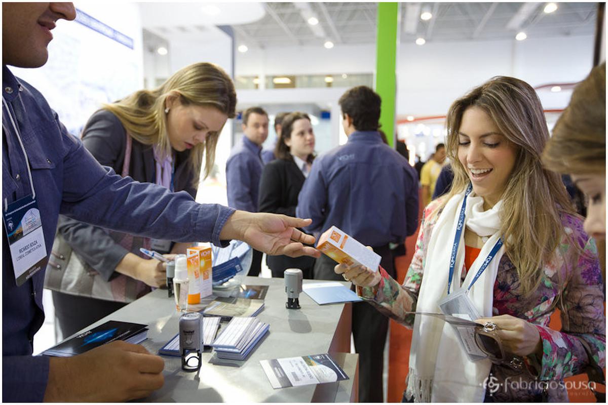Congresso Brasileiro de Dermatologia – mulher conhecendo produtos