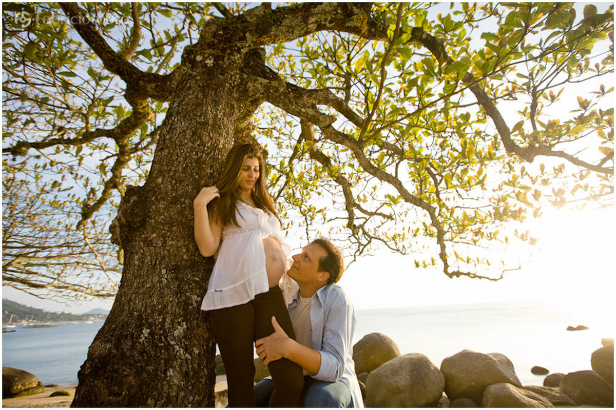 casal gestante Marcela embaixo da árvore