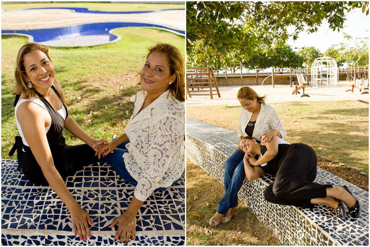 mãe e filha curtindo na praça