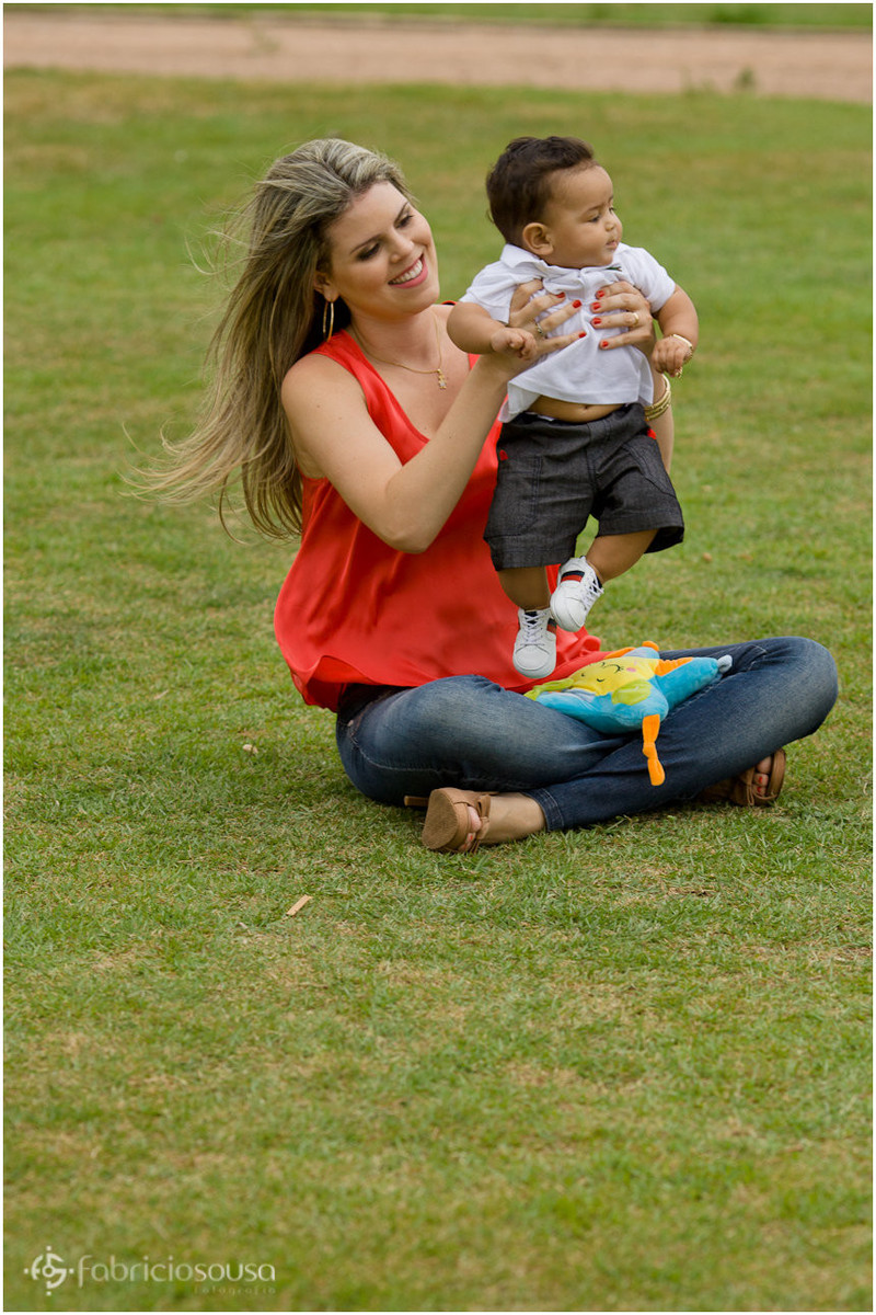 Mamãe sentada no gramado com Felipinho no colo