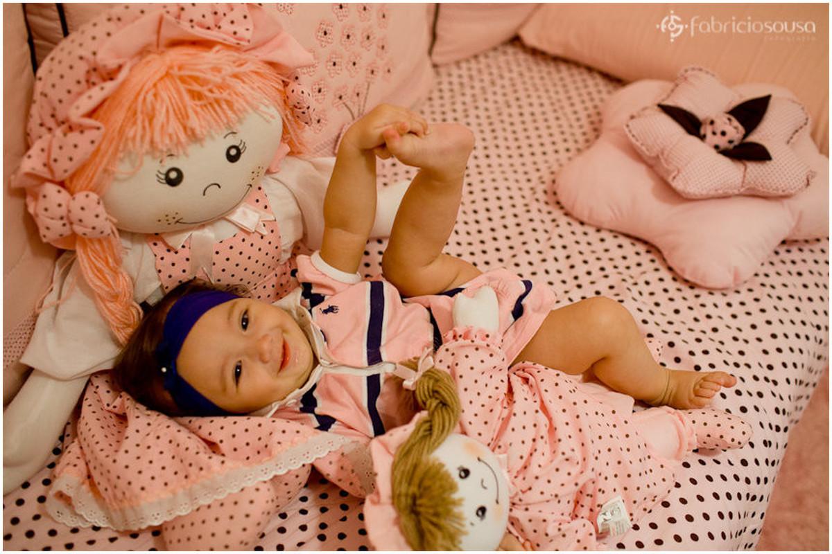 Maria Luiza brincando com bonecas de pano