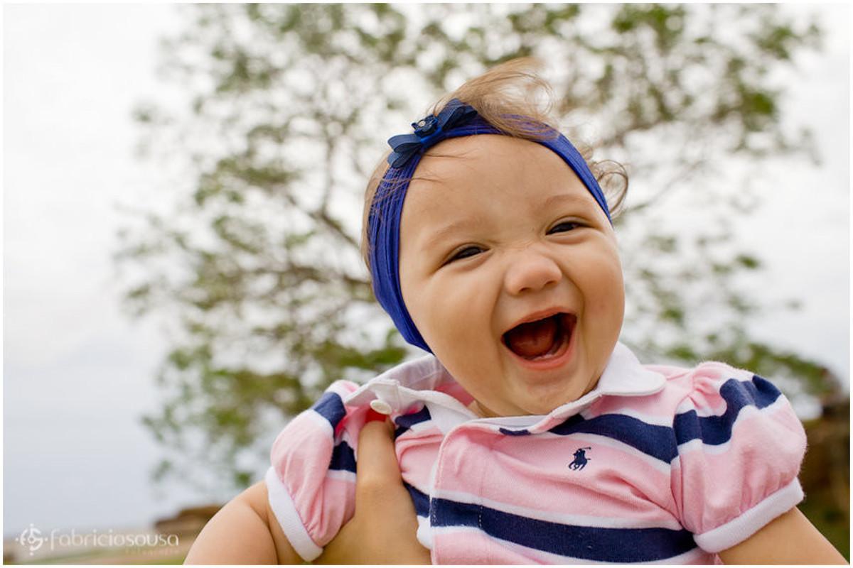 Detalhe da baby feliz e sorridente