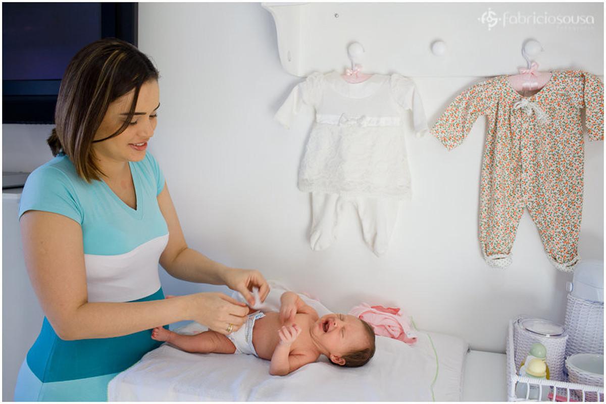 mamãe trocando filha recem-nascida